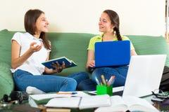 Adolescencias que se preparan para la escuela Imagen de archivo