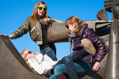 Adolescencias que se relajan en el monumento Fotos de archivo libres de regalías