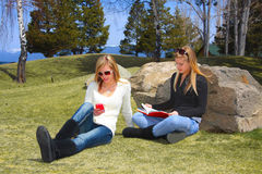 Adolescencias que se relajan en parque Fotografía de archivo