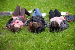 Adolescencias que soñan despierto Imágenes de archivo libres de regalías