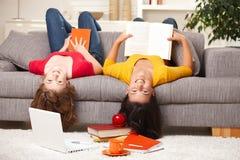 Adolescencias que sonríen en la cámara upside-down Imagen de archivo libre de regalías