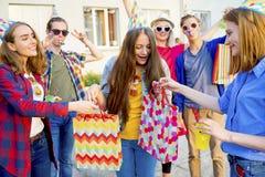 Adolescencias que tienen un partido Imagen de archivo libre de regalías