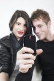 Adolescencias que tiran con el teléfono móvil Imágenes de archivo libres de regalías