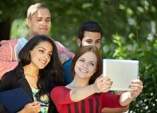 Adolescencias que toman el selfie afuera Foto de archivo libre de regalías