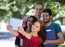 Adolescencias que toman el selfie afuera Fotografía de archivo