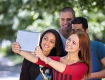 Adolescencias que toman el selfie afuera Imágenes de archivo libres de regalías