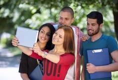 Adolescencias que toman el selfie afuera Imagen de archivo libre de regalías