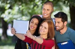 Adolescencias que toman el selfie afuera Imagenes de archivo