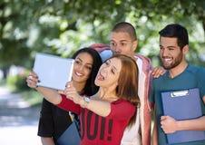 Adolescencias que toman el selfie afuera Foto de archivo