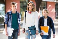 Adolescencias que van a la escuela con los papeles Imagen de archivo