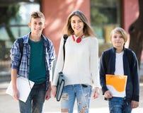 Adolescencias que van a la escuela con los papeles Foto de archivo libre de regalías