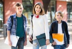 Adolescencias que van a la escuela con los papeles Fotografía de archivo libre de regalías