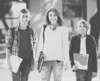 Adolescencias que van a la escuela con los papeles Imagen de archivo libre de regalías