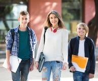 Adolescencias que van a la escuela con los papeles Foto de archivo