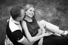 Adolescencias románticas en amor en bosque Imagenes de archivo