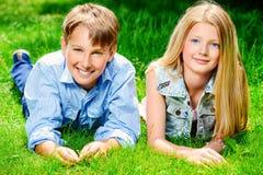 Adolescencias sonrientes Fotos de archivo libres de regalías