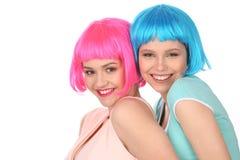 Adolescencias sonrientes en la presentación colorida de las pelucas Cierre para arriba Fondo blanco Fotografía de archivo libre de regalías