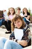 Adolescencias sonrientes en las escaleras Fotografía de archivo