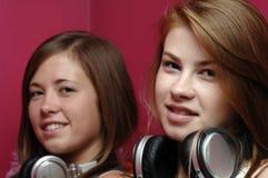 Adolescencias usando electrónica Imágenes de archivo libres de regalías