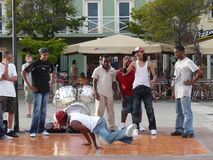 Adolescencias y breakdancer en la calle Curaçao, el 11 de febrero de 2008 foto de archivo