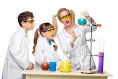 Adolescencias y profesor de la química en la fabricación de la lección Fotos de archivo libres de regalías
