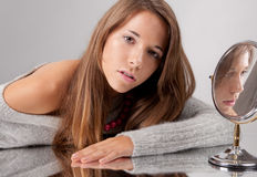 Adolescent à côté de miroir de main Photographie stock libre de droits