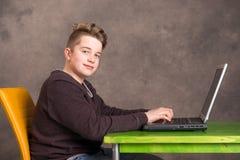 Adolescent à l'aide de l'ordinateur portatif Images libres de droits