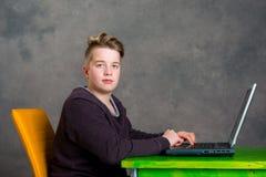 Adolescent à l'aide de l'ordinateur portatif Photos libres de droits