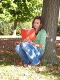 Adolescent affichant un livre Photo stock