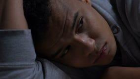 Adolescent afro-américain déprimé pensant aux problèmes de la vie, santé mentale banque de vidéos