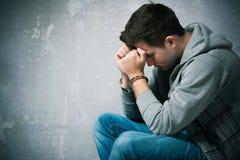 Adolescent arrêté avec des menottes Image libre de droits