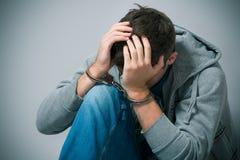 Adolescent arrêté avec des menottes Photo stock