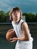 Adolescent asiatique avec le basket-ball Image stock
