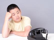 Adolescent attendant le téléphone pour sonner Photos stock