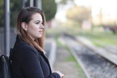 Adolescent attendant un train Images libres de droits