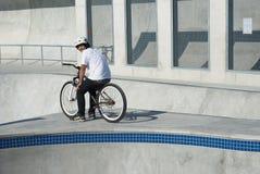 Adolescent au stationnement de planche à roulettes Photo libre de droits