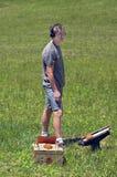 Adolescent avec Clay Shotgun Targets Photos libres de droits
