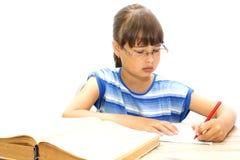 Adolescent avec des livres sur un fond blanc, Image stock