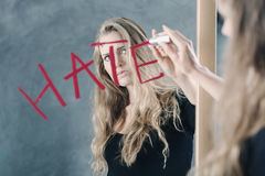 Adolescent avec haine à elle-même image stock