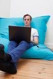 Adolescent avec l'ordinateur portatif Image libre de droits