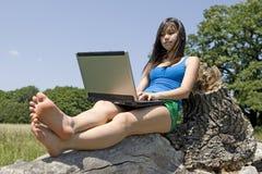 Adolescent avec l'ordinateur portatif Photos libres de droits