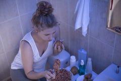 Adolescent avec la dépendance de nourriture photo stock