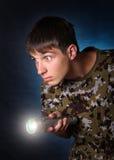 Adolescent avec la lampe-torche photographie stock libre de droits