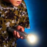 Adolescent avec la lampe-torche image libre de droits