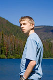 Adolescent avec la main dans la poche de pantalon images stock