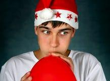 Adolescent avec le ballon rouge Image stock
