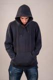 Adolescent avec le hoodie regardant vers le bas Image libre de droits