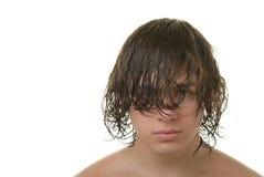 Adolescent avec le long cheveu humide il Image libre de droits