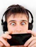Adolescent avec le portable photos libres de droits