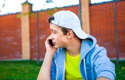 Adolescent avec le portable photo libre de droits